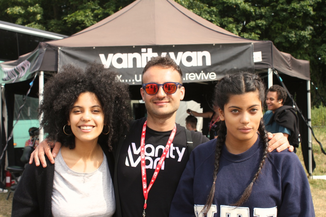 Vanity van Ibeyi twins after manicures and hairstyling